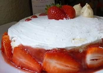 Pavlova with strawberry, combava and Rinquinquin