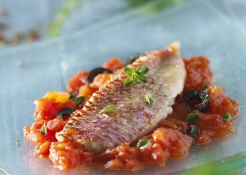 Red mullet on its bed of tomatoes in the Pastis Henri Bardouin