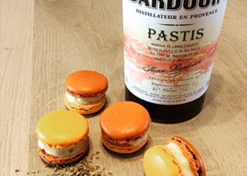 Macaroons in the Pastis Henri Bardouin by Cécile Millet of @mysteretmacarons